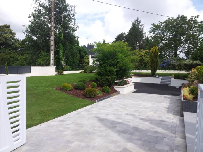 un grand jardin toujours propre en synthétique
