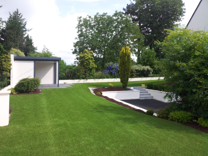 fausse pelouse en synthétique et grande parcelle