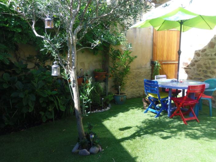 réhabilitation d'une courette en jardin synthétique
