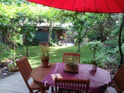 une jolie pelouse synthétique pour ce petit jardin Nantais